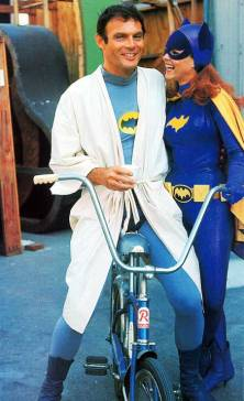 Adam-West-and-Yvonne-Craig-on-the-set-of-Batman-1967